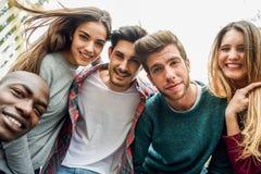 Groupe multiracial d'amis prenant le selfie Photos libres de droits