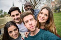 Groupe multiracial d'amis prenant le selfie Photo stock