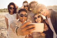 Groupe multiracial d'amis prenant le selfie Image libre de droits