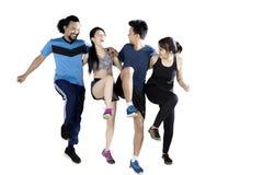Groupe multiracial d'amis s'exerçant ensemble Photos stock