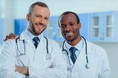 Groupe multiracial de médecins dans des uniformes médicaux dans la clinique Images stock