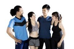 Groupe multiracial de personnes de sports riant ensemble Image libre de droits