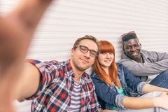Groupe multiracial prenant le selfie Image stock