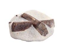 Groupe naturel des jumeaux cruciformes de staurolite des cristaux sur le fond blanc Photos libres de droits