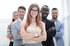 Groupe noir et blanc divers heureux de personnes avec les visages de sourire BO photo libre de droits