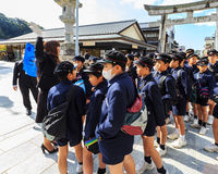 Groupe non identifié d'étudiants japonais chez Dazaifu Tenmangu Image stock