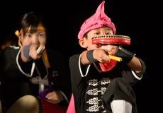 Groupe Okinawan de tambour exécutant la nuit Photo libre de droits