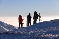 Groupe ou concept d'équipe avec des skieurs et des surfeurs d'amis station de vacances de surf des neiges de ski Image stock