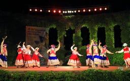 Groupe péruvien de danse de folklore agissant sur la scène de festival Image libre de droits