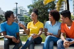 Groupe parlant d'adultes de jeunes d'afro-américain Photographie stock libre de droits