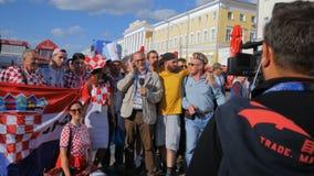 Groupe passionés du football de Croate, de Russe et d'Argentin avant match banque de vidéos
