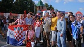 Groupe passionés du football de Croate, de Russe et d'Argentin avant match clips vidéos