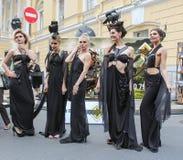 Groupe posant des modèles dans des robes de concepteur image stock