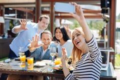 Groupe positif heureux d'amis s'amusant Photo stock
