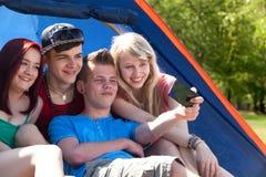 Groupe prenant une photo dans la tente Photos stock