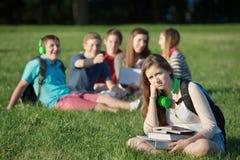 Groupe proche de l'adolescence frustrant Images libres de droits