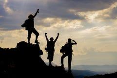 Groupe réussi d'alpinisme images stock