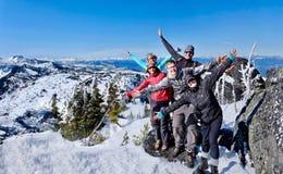 Groupe réussi d'amis sur le dessus de montagne Photos stock