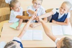 Groupe réussi d'enfants à l'école avec le pouce vers le haut du geste photographie stock