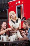Amis mangeant dehors au restaurant Photographie stock libre de droits