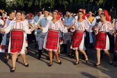 Groupe roumain de danseurs dans des costumes traditionnels photo libre de droits