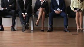 Groupe sans emploi de demandeurs s'asseyant dans l'entrevue d'emploi de attente de file d'attente banque de vidéos