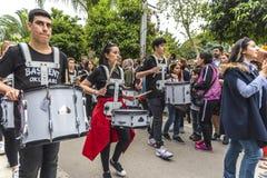 Groupe scolaire privé jouant des tambours dans l'ouverture orange de défilé de carnaval de fleur Ville de province d'Adana en Tur photo libre de droits
