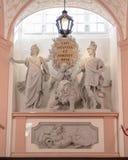 Groupe sculpté avec la devise de l'empereur Charles VI, à l'intérieur de l'abbaye de Melk image libre de droits