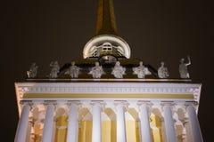 Groupe sculptural à St Petersburg pendant la nuit Bâtiment d'Amirauté Image libre de droits