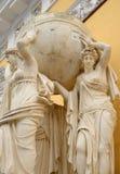 Groupe sculptural de nymphes de mer soutenant le royaume terrestre Image stock