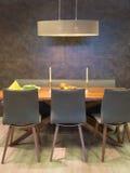 Groupe se reposant des chaises et de la table en bois photographie stock libre de droits
