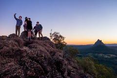 Groupe Selfie de sommet de montagne Photos stock