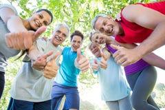 Groupe sportif heureux avec des pouces  Photos libres de droits