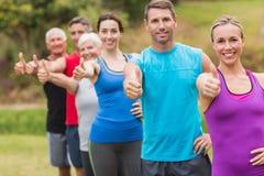 Groupe sportif heureux avec des pouces  Photo libre de droits
