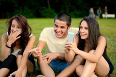Groupe stupéfait d'amis prenant la photo de l'événement Image libre de droits