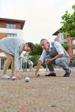 Groupe supérieur jouant le boule dehors Image libre de droits