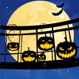 Groupe sur le pont sur le potiron de Halloween avec la batte Photographie stock libre de droits