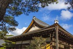Groupe sur le toit japonais de temple contre le ciel bleu Image stock