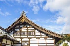 Groupe sur le toit japonais de temple contre le ciel bleu Photo libre de droits