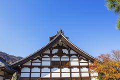 Groupe sur le toit japonais de temple contre le ciel bleu Photographie stock libre de droits