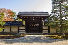 Groupe sur le toit japonais de temple contre le ciel bleu Photo stock