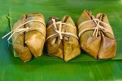 Groupe thaïlandais de bonbons de bouillie de maïs sur la feuille de banane Image libre de droits