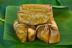 Groupe thaïlandais de bonbons de bouillie de maïs sur la feuille de banane Photo libre de droits