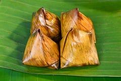 Groupe thaïlandais de bonbons de bouillie de maïs sur la feuille de banane Photographie stock