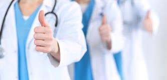 Groupe van geneeskunde artsen toont O.K. teken met duim omhoog dichte omhooggaand Succes en de dienst op hoog niveau in beste gez royalty-vrije stock foto