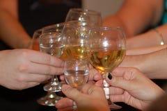 Groupe verres de Champagne de tintement d'amis de coup d'†«à sonner pendant la nouvelle année et le Noël Image stock