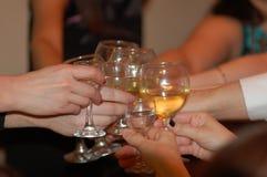 Groupe verres de Champagne de tintement d'amis de coup d'†«à sonner pendant la nouvelle année et le Noël Images libres de droits