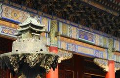 Groupes à l'intérieur du temple de lama Photos libres de droits