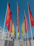 Groupes colorés de drapeaux contre le ciel bleu Photo libre de droits