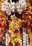 Groupes d'ail et de poivrons de piments colorés Image stock